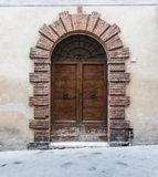 Enorme Holztüren typisch von Süd-Italien Stockbild