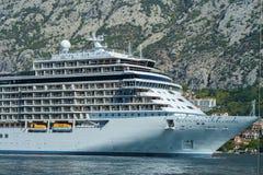 Enorme internationale Kreuzfahrtschiffschiffe, die in das adriatische Meer segeln lizenzfreies stockbild