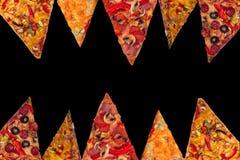 Enorme internationale Pizza auf schwarzem Hintergrund Chef gießt Olivenöl über frischem Salat in der Gaststätteküche Stockbild