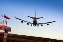Enorme - jato 747 pronto para a aterragem Imagem de Stock Royalty Free