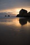 Enorme Klippen der Küste, die im goldenen Sonnenuntergang auf atlantischer Küstenlinie sich reflektieren Stockbilder