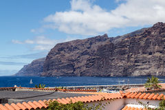 Enorme Klippen und die Stadt auf dem Ozean Lizenzfreies Stockbild