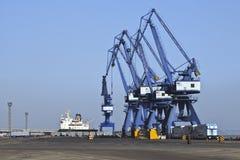 Enorme Kräne im Kanal von Dalian Lizenzfreie Stockfotos
