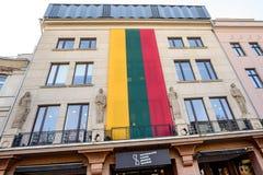 Enorme litauische Flagge auf Gebäude Stockfotos