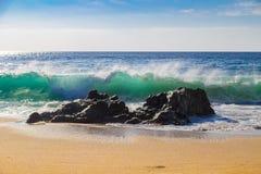 Enorme Meereswogen, die auf Felsen im Garrapata-Zustands-Strand in C zerquetschen stockfoto