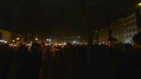 Enorme Menge mit Feuer setzt sich, Unabhängigkeitstagfeier in Riga, Lettland in Brand stock footage