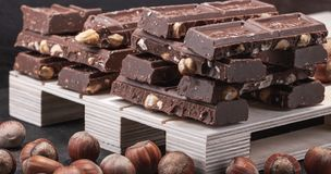 Enorme quantidade do chocolate de leite com avelã inteiras fotografia de stock