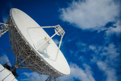 Enorme Radioantenne mit großem Durchmesser Lizenzfreie Stockbilder