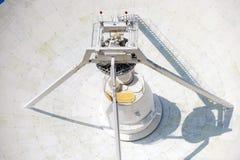 Enorme Radioantenne mit großem Durchmesser Stockfotos