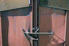 Enorme rostige Metallgefängnistore Stockbild