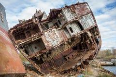 Enorme rostige Stücke des außer Dienst gestellten Marineschiffs stockfotos