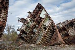 Enorme rostige Stücke des außer Dienst gestellten Marineschiffs stockfotografie