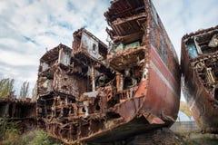 Enorme rostige Stücke des außer Dienst gestellten Marineschiffs stockfoto