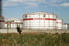 Enorme Sammelbehälter für Erdölprodukte mit dem Logo von LUKOI Stockfotografie