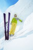 Enorme Schneewehe und Skifahrer Lizenzfreie Stockfotografie