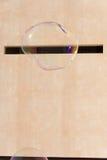 Enorme Seifenblasen auf dem Hintergrund einer Stadtmauer Lizenzfreie Stockfotografie