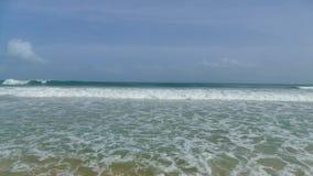 Enorme stürmische Wellen an Mirissa-Strand stock video footage