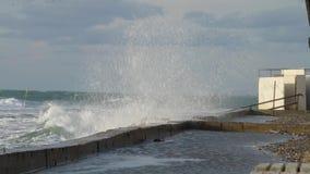 Enorme starke Wellen, die am Uferdamm im bedeutenden starken Sturm brechen Russland, Anapa-Stadt stock video footage