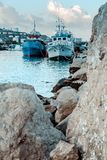 Enorme Steine auf dem Strand stockbild