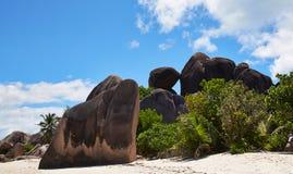 Enorme Steine auf dem Strand Lizenzfreie Stockbilder