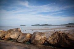 Enorme Steine auf der Küste Stockfoto