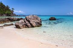 Enorme Steine auf der Küste Stockbild