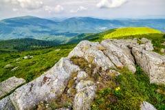 Enorme Steine im Tal auf Gebirgszug bei Sonnenaufgang Lizenzfreie Stockfotos