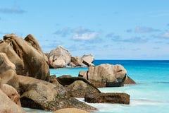Enorme Steine nahe dem Ozean, Seychellen Lizenzfreie Stockfotografie