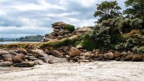 Enorme Steine nahe dem Strand bei Bretagne, Frankreich lizenzfreies stockbild