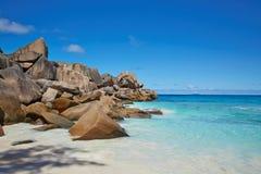 Enorme Steine und klares Wasser, Seychellen Stockfoto