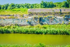 Enorme Steinwand in dem Fluss Lizenzfreies Stockfoto