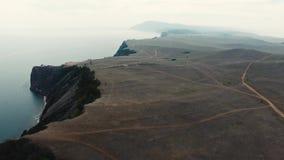Enorme Steppensandsteingebirgsklippenwüsten-Schluchtkiefer in der Baikalsee-Strandder küste zeichnen Luftmeerblick des brummens 4 stock video