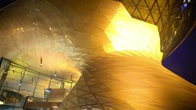 Enorme todo o centro de negócios de vidro na noite, iluminação bonita, panorama vídeos de arquivo