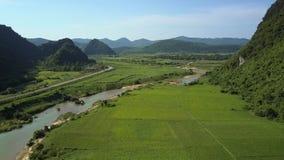 Enorme vallei met de weg van de gebiedenrivier onder heuvels in hoogland stock videobeelden