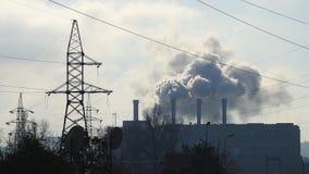 Enorme Verschmutzung von den Fabrikrohren stock video