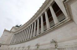 enorme weiße Kolonnade des Monuments nannte Vittoriano oder Altare lizenzfreie stockfotos