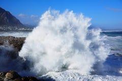 Enorme Wellen, die in Küstenlinie zusammenstoßen Stockfoto