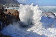 Enorme Wellen, die in Küstenlinie zusammenstoßen Stockbilder