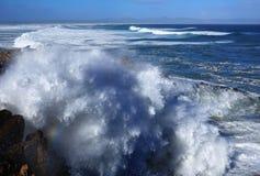 Enorme Wellen, die in Küstenlinie zusammenstoßen Stockfotos