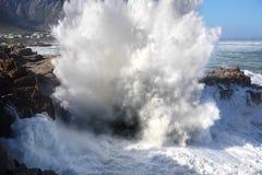 Enorme Wellen, die in Küstenlinie zusammenstoßen Stockfotografie