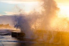 Enorme Wellen, die mit Kraft auf Mornington-Pier zerquetschen stockfotografie