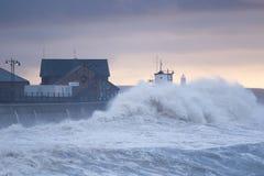 Enorme Wellen stoßen über der Seeseite bei Porthcawl, Südwales zusammen stockbilder