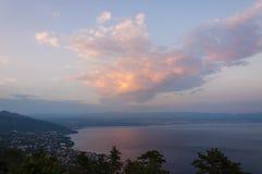 Enorme Wolke über dem adriatischen Meer bei Sonnenuntergang in Istria Kroatien Stockbilder