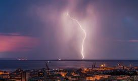 Enorme Wolke, zum des Blitzbolzenschlagens zu reiben Stockfotografie