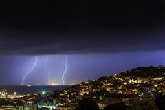Enorme Wolke, zum des Blitzbolzenschlagens zu reiben Lizenzfreie Stockbilder