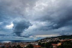 Enorme Wolke, zum des Blitzbolzenschlagens zu reiben Stockbilder
