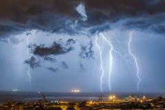 Enorme Wolke, zum des Blitzbolzenschlagens zu reiben Lizenzfreie Stockfotografie