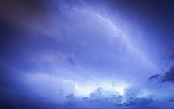 Enorme Wolke, zum des Blitzbolzenschlagens zu reiben Lizenzfreie Stockfotos