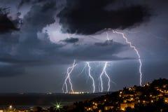 Enorme Wolke, zum des Blitzbolzenschlagens zu reiben Stockfoto