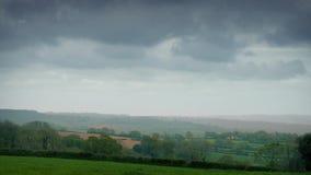 Enorme Wolken über ländlicher Landschaft Timelapse stock video footage
